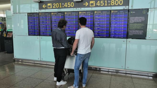 Pasajeros en el Aeropuerto de Barcelona-El Prat en una nueva jornada de huelga del personal de tierra de Iberia.