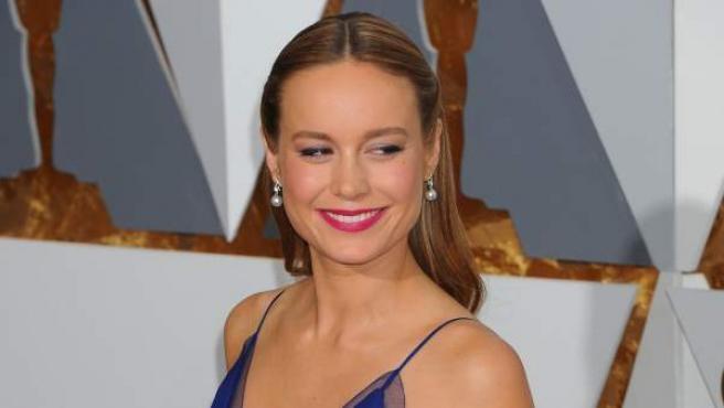 La ganadora al Oscar a Mejor Actriz, por La habitación, Brie Larson, posa en la alfombra roja de los Oscar 2016.