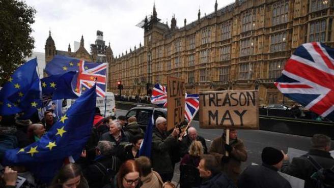 Manifestantes en contra y a favor del 'brexit' se concentran ante el Parlamento en Londres, Reino Unido.