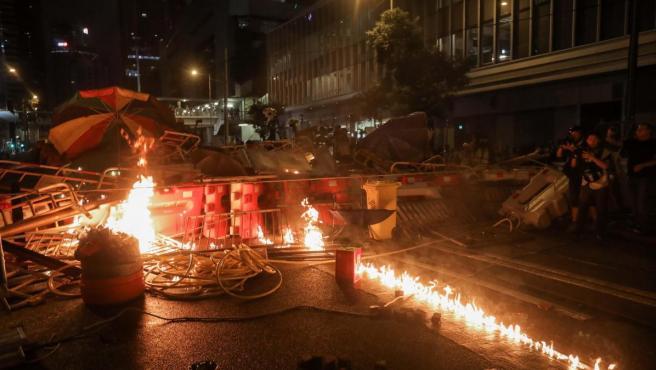 Manifestantes en Hong Kong quemaron barricadas este sábado.