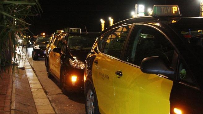 Imagen de archivo de varios taxis en Barcelona.