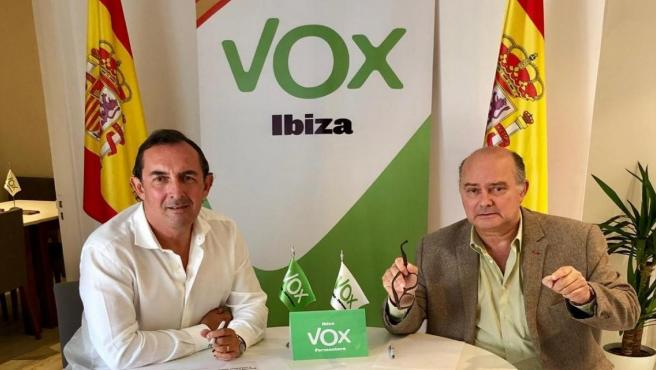El president del comité insular de Vox en Ibiza y Formentera, Jaime Díaz de Entresotos (derecha).