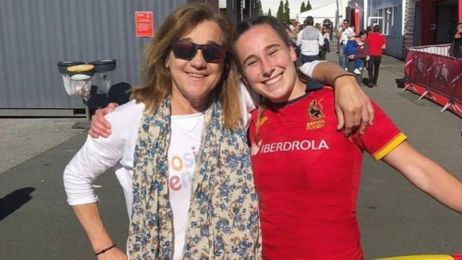 La esquiadora Blanca Fernández Ochoa y su hija Olivia, con la camiseta de la selección española de rugby.
