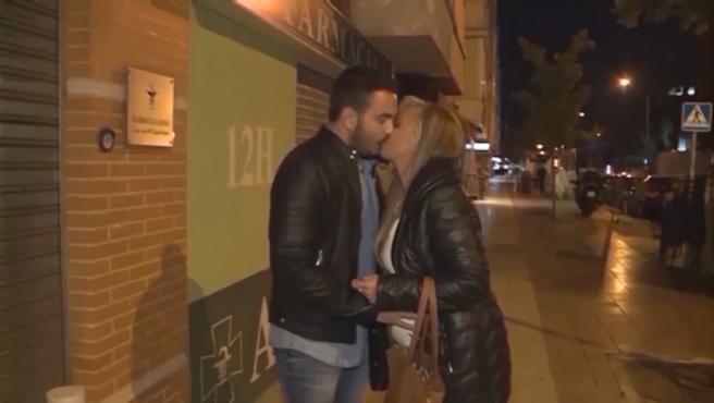 Belén Esteban y Miguel Marcos dándose un beso.