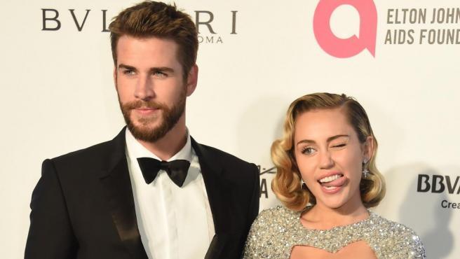 Miley Cyrus y Liam Hemswoth en la Gala de Elton John.