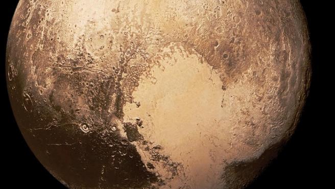 Esta vista a color de este planeta enano situado en los confines del Sistema Solar fue tomada en el año 2015 por una misión de la Nasa.