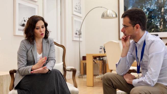 Isabel Díaz Ayuso y el subdirector de información de '20minutos', Jesús Morales, durante la entrevista.