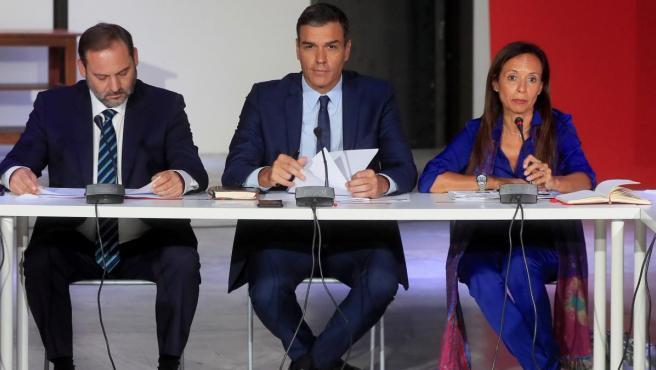 Pedro Sánchez (en el centro), junto José Luis Ábalos y Beatriz Corredor.