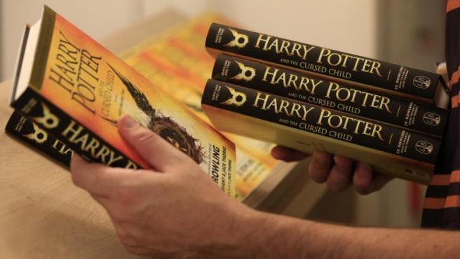 Numerosos tomos de 'Harry Potter y el legado maldito'.