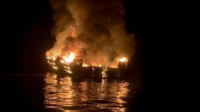 Incendio de un barco cerca de la isla de Santa Cruz, en la costa de California (EE UU).
