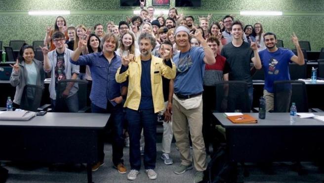 El actor y productor estadounidense Matthew McConaughey (en el centro, a la derecha) posa con estudiantes y personal de la Universidad de Texas.