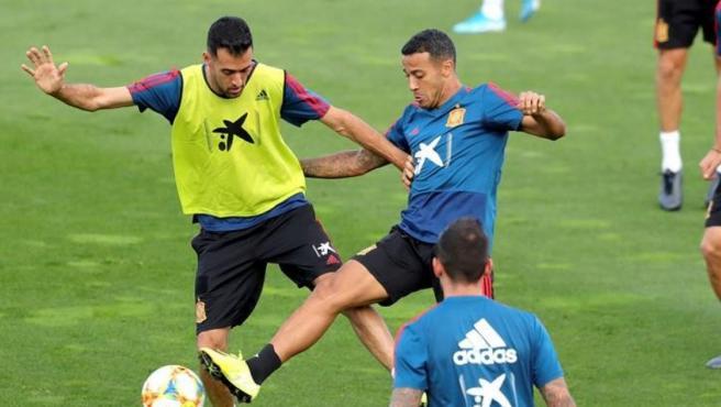 Busquets y Thiago disputan un balón durante una sesión en la concentración de la Selección.