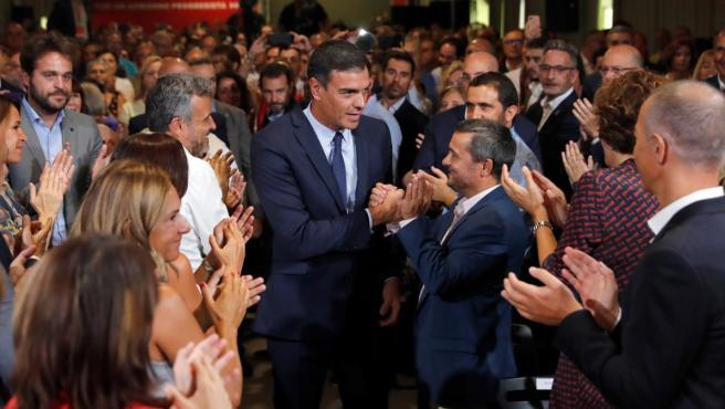 El presidente del Gobierno en funciones y secretario general del PSOE, saluda a los asistentes al acto donde ha presentado hoy martes el acuerdo programático para un gobierno de progreso.