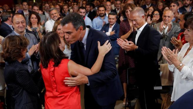 Sánchez saluda a los asistentes al acto donde ha presentado su acuerdo programático.