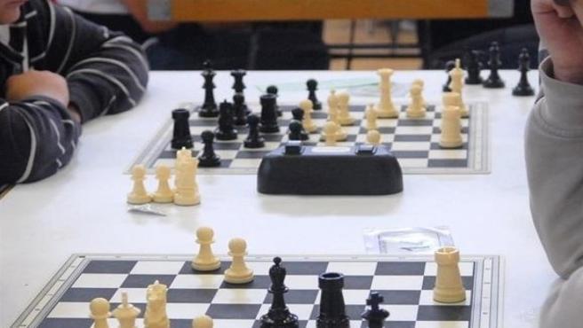 Dos personas juegan al ajedrez.