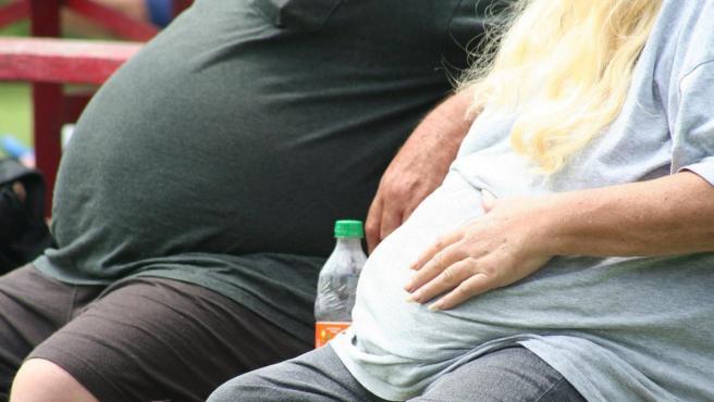 Imagen de dos personas con sobrepeso.
