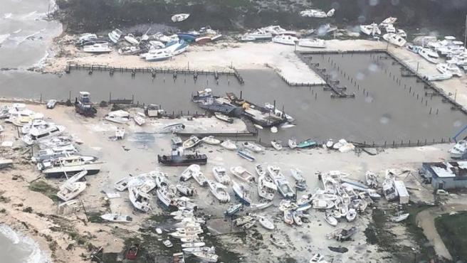 Barcos en un puerto de Bahamas arrasados por el paso del huracán Dorian, en una imagen aérea.