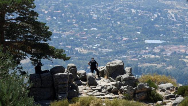 Un agente del equipo de rescate en montaña en la zona de los Siete Picos, donde se busca a la exesquiadora española Blanca Fernández Ochoa.