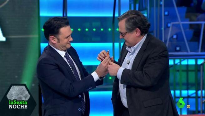 Iñaki López, presentador de 'LaSexta Noche', le hace un regalo a Marhuenda.