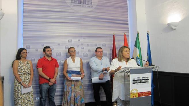 La delegada de Festejos, Ana Aragoneses junto con otros delegados municipales hace balance de la Feria de Mérida