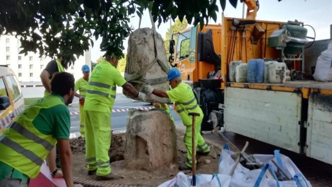 Colocación del monolito que sostendrá al nuevo busto de homenaje a 'Guerrita'.