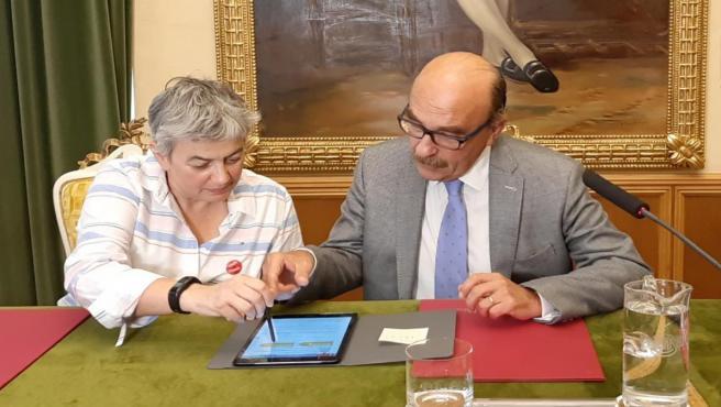 La alcaldesa de Gijón, Ana González, y el presidente de la Fundación Bancaria Cajastur, César Menéndez Claverol, firman un convenio de cesión de las antiguas escuelas de Castiello de Bernueces