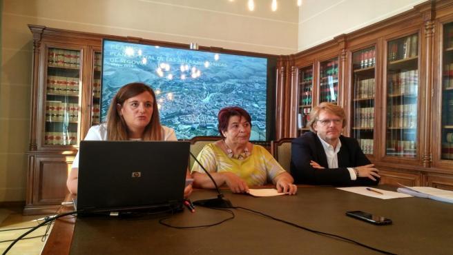 Imagen de la rueda de prensa para anunciar la presentación al pleno del PEAHIS, en la que aparecen de izquierda a derecha la concejal de Urbanismo, Clara María Martín; la alcaldesa de Segovia, Clara Luquero y el concejal de Desarrollo Económico y Empleo.