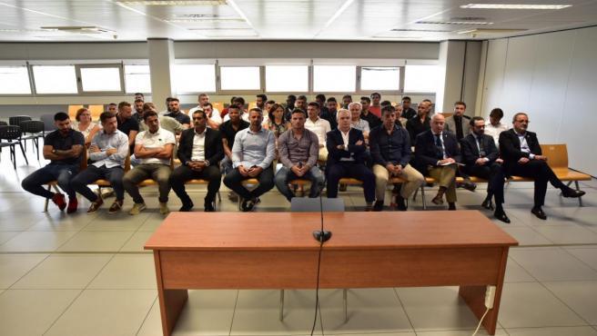 Algunos de los jugadores y técnicos de los esquipos de fútbol, Real Zaragoza y el Levante UD en 2011, se sientan en el banquillo en la primera jornada del juicio por el presunto amaño del partido de fútbol Levante-Zaragoza de 2011.