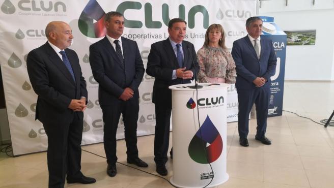 El ministro de Agricultura, Luis Planas, en el centro, en la fábrica de Clun, en Ames (A Coruña)