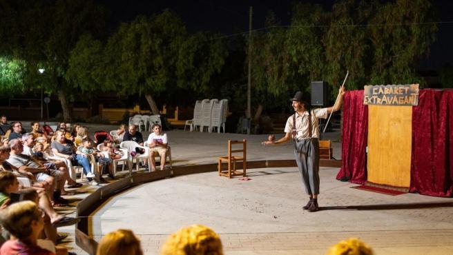 Un momento del espectáculo 'Cabaret extravagant', de la compañía Atirofijo, en el ciclo 'Cultura a la Fresca' de Marratxí.