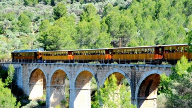 Tren de Sóller sobre un puente.