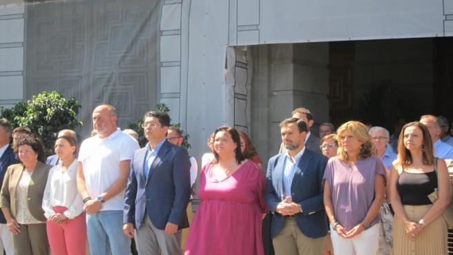 El presidente del Cabildo de Tenerife, Pedro Martín, y los consejeros insulares, asisten al minuto de siencio en memoria de la mujer encontrada muerta este sábado en La Laguna