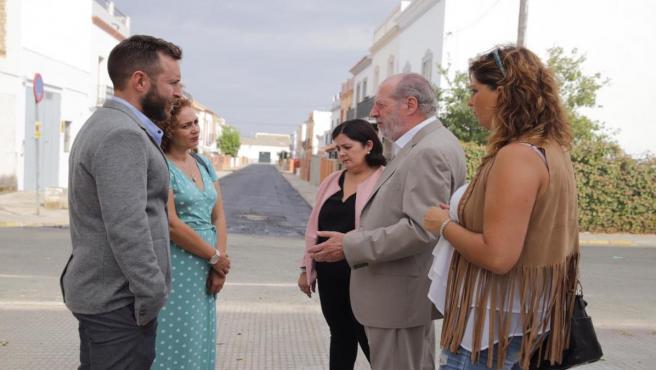 El presidente de la Diputación de Sevilla, Fernando Rodríguez Villalobos, en su visita a El Coronil
