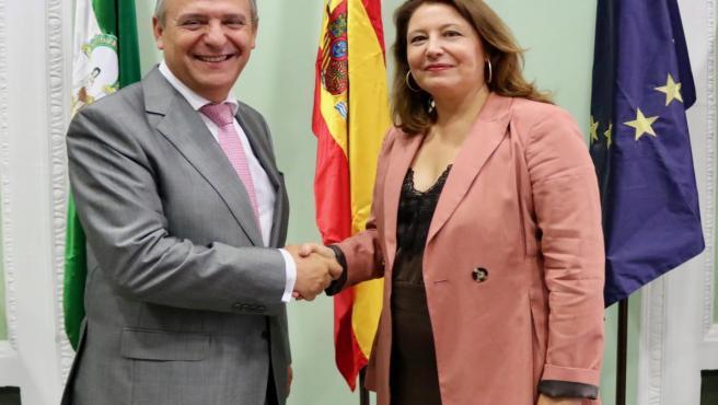 La consejera de Agricultura, Carmen Crespo, y el director general de Endesa, Francisco Arteaga.