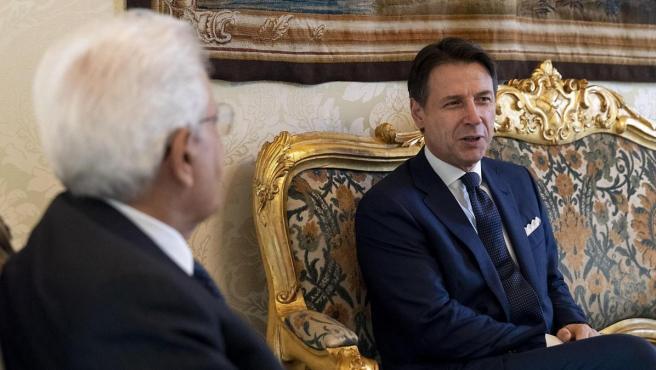 Giuseppe Conte (de frente) en la reunión con Sergio Mattarella.