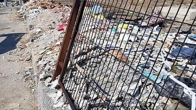 Escombros y residuos en la Ronda de los Olivares.