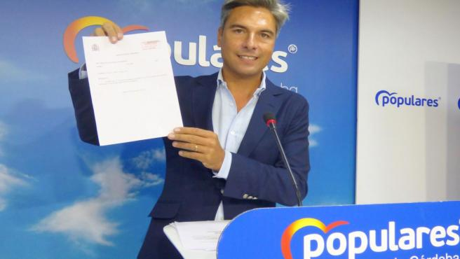 El diputado nacional del PP de Córdoba Andrés Lorite muestra la respuesta del Gobierno a su pregunta sobre el Cercanías.