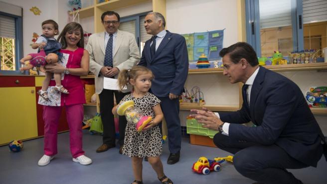 El alcalde, Luis Salvador, con una niña en el inicio de curso de la escuela infantil Portal de Belén