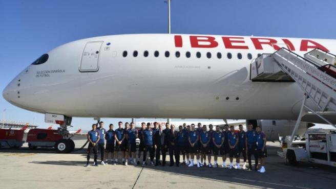 Los jugadores de la selección española con el A350 de Iberia que lleva su nombre.