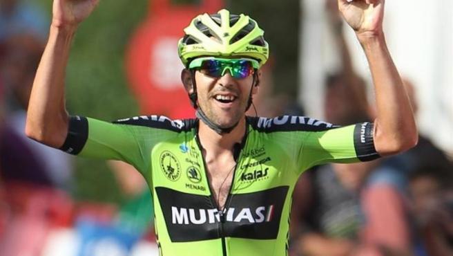 Mikel Iturria celebra su victoria en línea de meta.