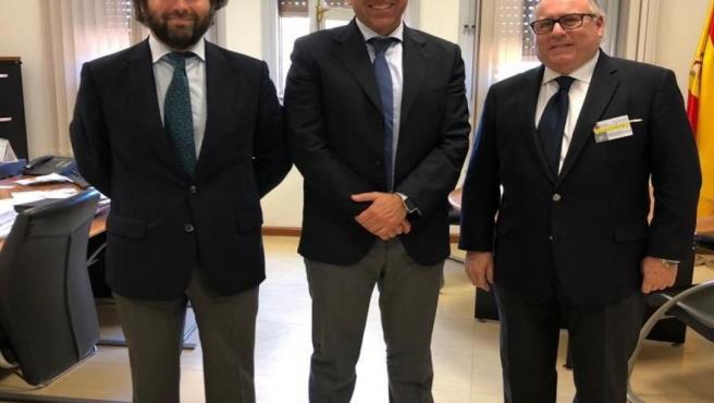 El director gerente de Fedeme, Carlos Jacinto Marín, y el presidente, Francisco Javier Moreno Muruve, flanquean al Jefe de la Inspección de Trabajo y Seguridad Social en Sevilla, José Antonio Amate, en una imagen de archivo.