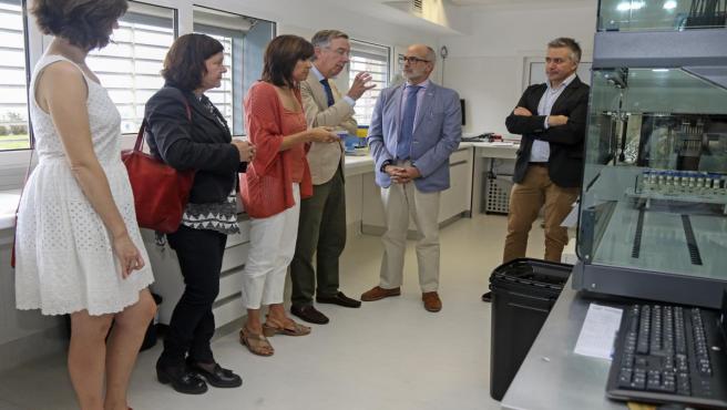 El consejero de Sanidad, Miguel Rodríguez, visita las instalaciones del IDIVAL