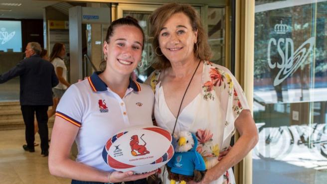 La jugadora de rugby Olivia Fresneda y su madre Blanca Fernández Ochoa, en un acto en el Consejo Superior de Deportes.