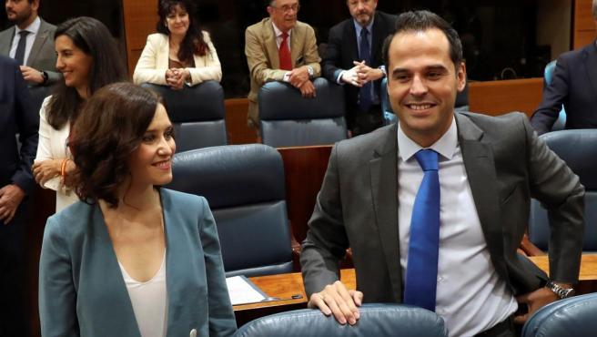 La candidata del PP a la Presidencia de la Comunidad de Madrid, Isabel Díaz Ayuso,iz., y el portavoz de Ciudadanos en la Asamblea de Madrid, Ignacio Aguado, antes del discurso de investidura de la líder popular.