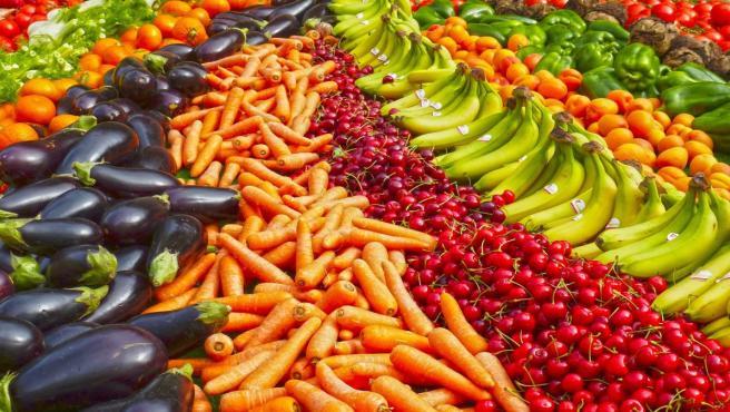 Frutas y verduras en un supermercado.