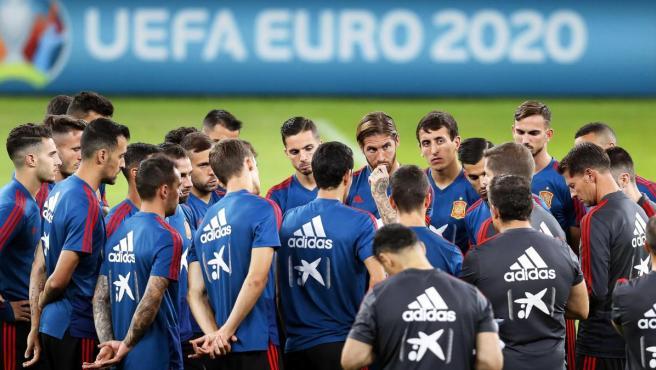 Robert Moreno da una charla a los jugadores de la selección española de fútbol.