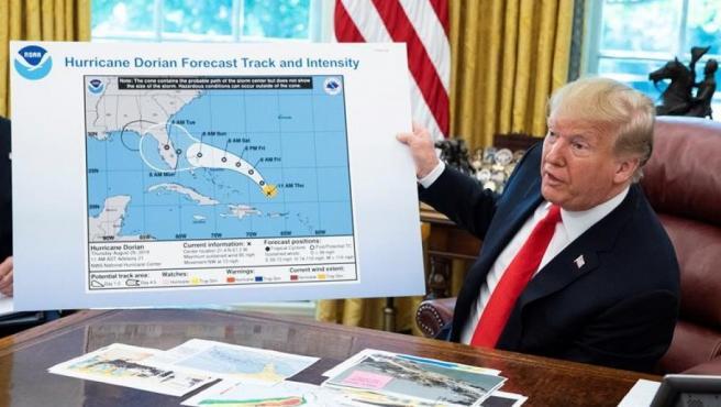 El presidente de EE UU, Donald Trump, muestra el mapa de una predicción antigua de la evolución del huracán Doria, en la que aparece un círculo dibujado a mano sobre el estado de Alabama.