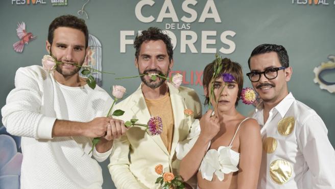 Paco León, junto a Eduardo Rosa (izda), María León y Manolo Caro (dcha).