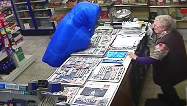 La dueña, una anciana de 82 años, defendió su negocio a bastonazos.