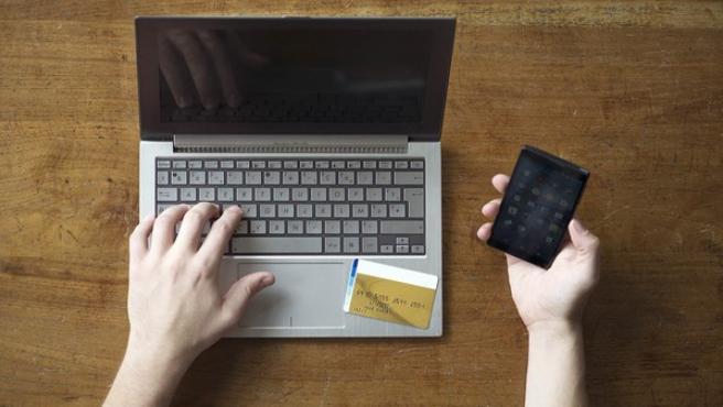 Una persona accediendo a su cuenta bancaria online.